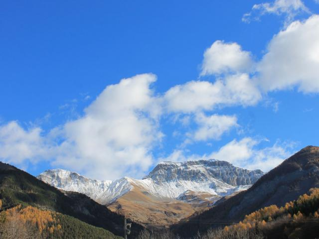 Digne-Les-Bains sommets enneigés dans les Alpes