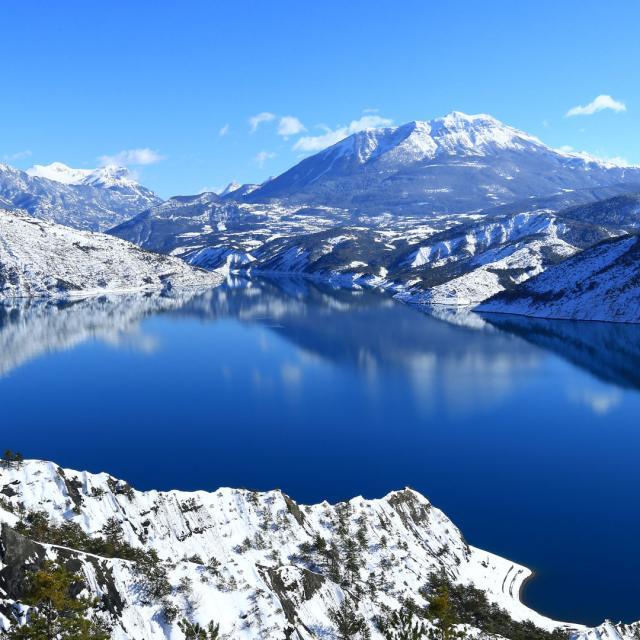 Lac de Serre Poncon, baie des Lionnets, montagne de Dormillouse dans les Hautes-Alpes