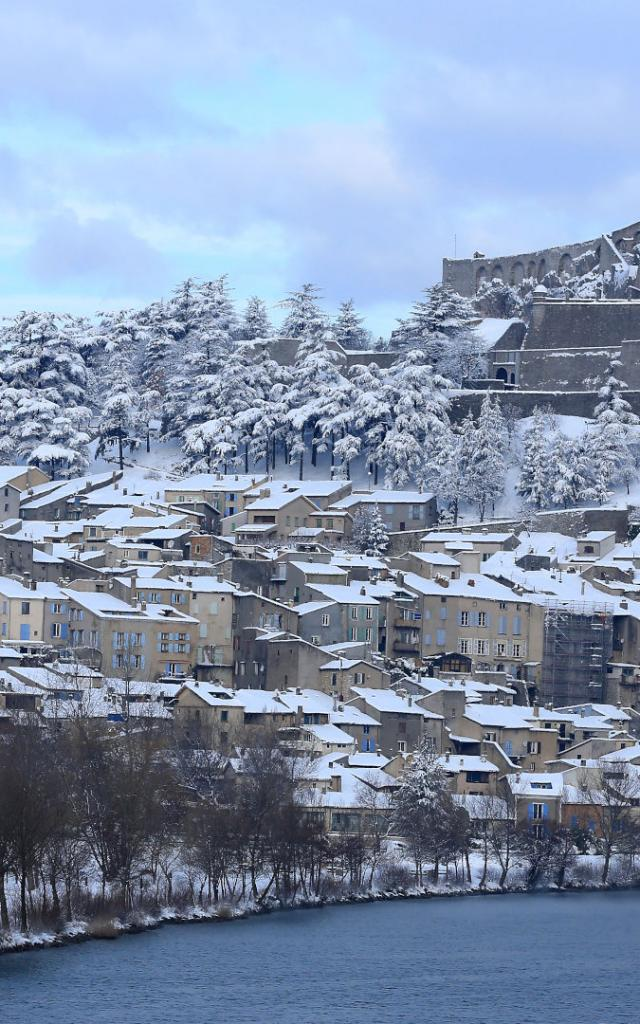 Vue sur Sisteron sous la neige, la citadelle et la Durance en premier plan, dans les Alpes de Haute Provence