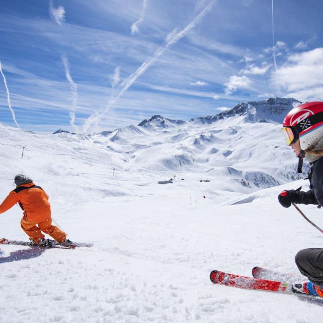 Skieurs dans la station de Risoul dans les Alpes du Sud en hiver