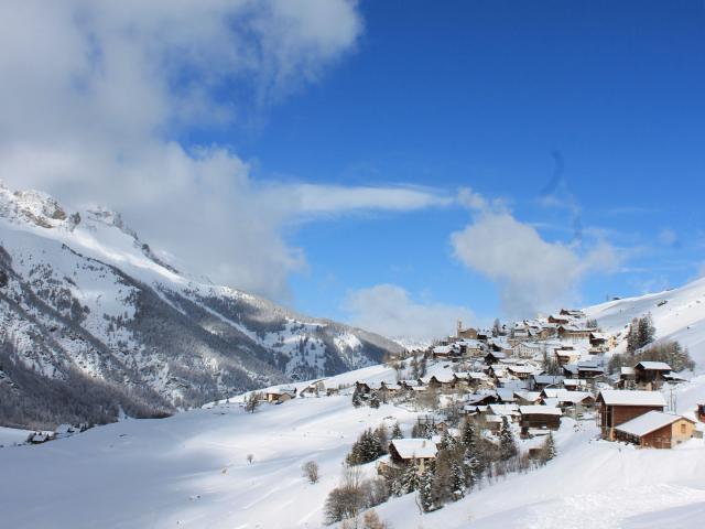 Village Saint-Véran sous la neige dans la Vallée Guillestrois-Queyras dans les Hautes-Alpes