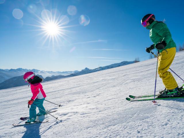 Famille en montagne pour une première fois en ski