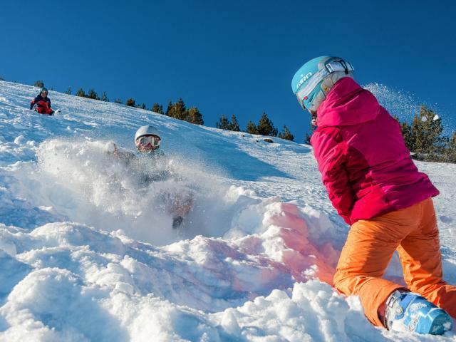 Loisirs à la neige pour une première fois à la montagne