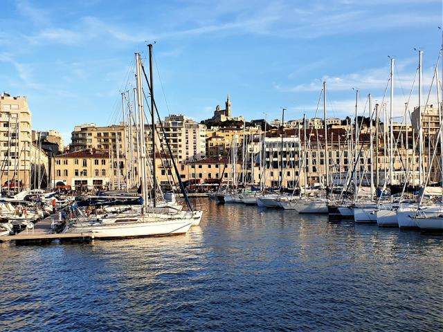 Vue sur Notre Dame de la Garde et sur le Vieux-Port de Marseille