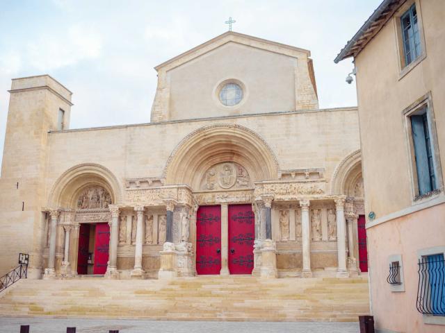 abbatiale-saint-gilles-du-gard-provence-as348200094.jpeg