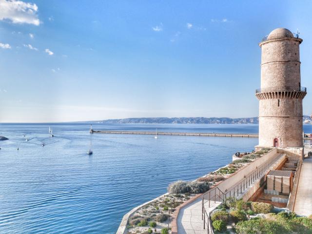 Fort Saint-Jean avec vue sur le Vieux-Port à Marseille