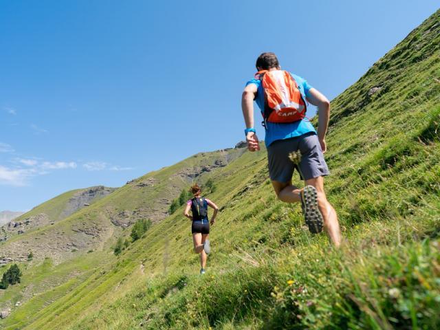 Couple En Rando Trail A Orcieres Vanrijn.r