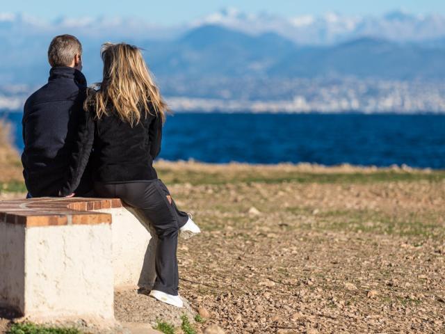 couple-balade-sentier-littoral-ville-antibes-juan-les-pins.jpg