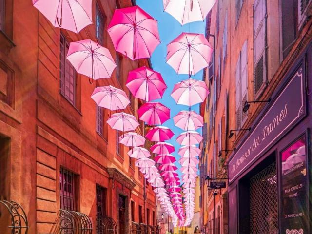 Centre historique de Grasse sous des parapluies roses