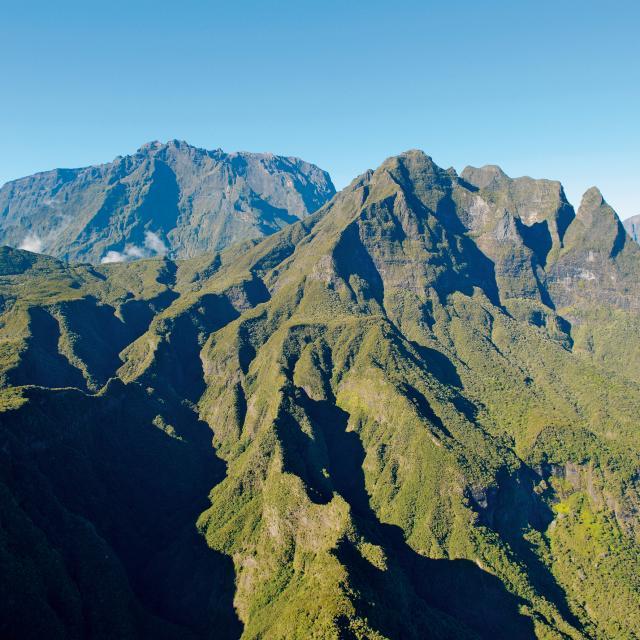 Montagne Vue Du Ciel03 Cirques Pitons Remparts Credit Irt Serge Gelabert Dts 12 2014.jpg