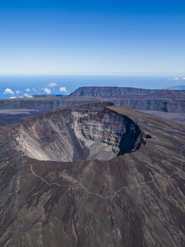 volcan08_du_piton_de_la_fournaise_vue_du_ciel_-_credit_irt_-_lionel_ghighi_dts_07_2017_2.jpg