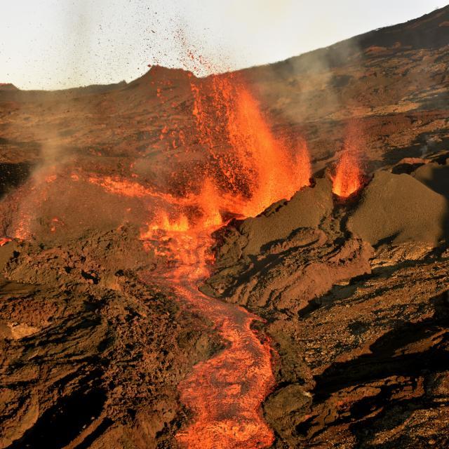 volcan179_eruption_piton_de_la_fournaise_05_2015_-_credit_irt_-_serge_gelabert_dts_12_2015.jpg