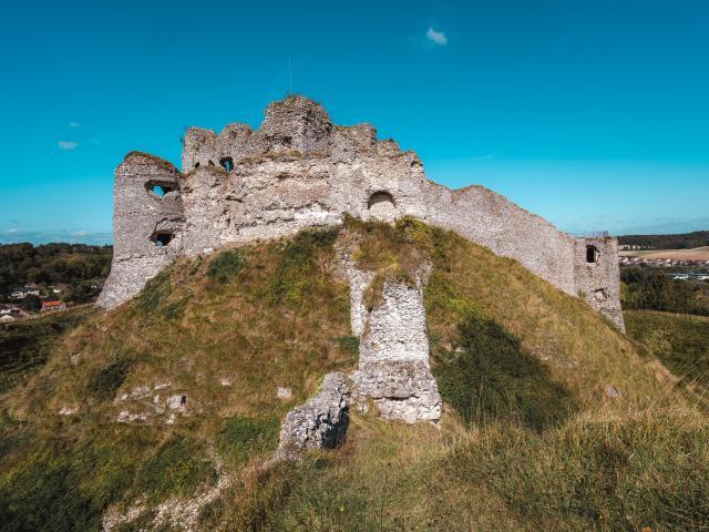 Ruines du Château d'Arques-la-Bataille perché sur une colline et sous un ciel bleu