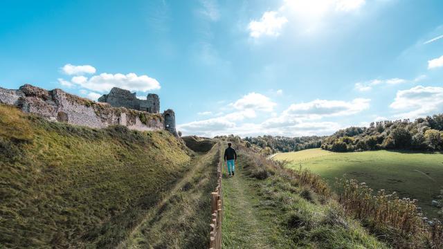 Jeune homme de dos se baladant autour du Château d'Arques-la-Bataille