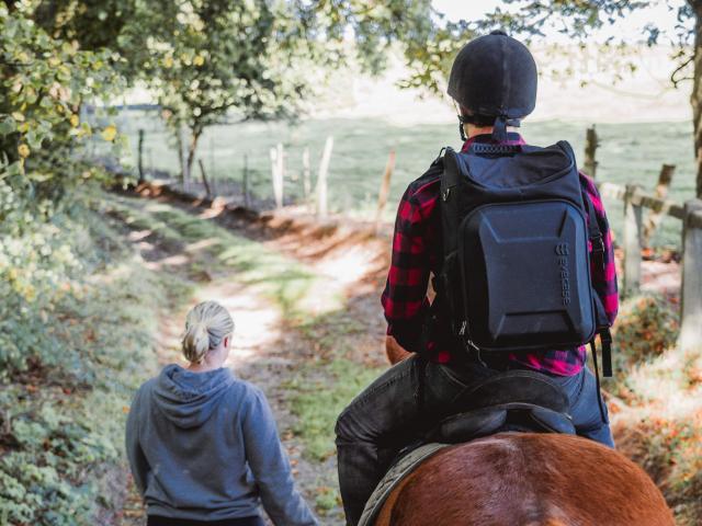 Jeune homme à cheval accompagné d'une jeune fille à pied dans le Bois de Bernouville.
