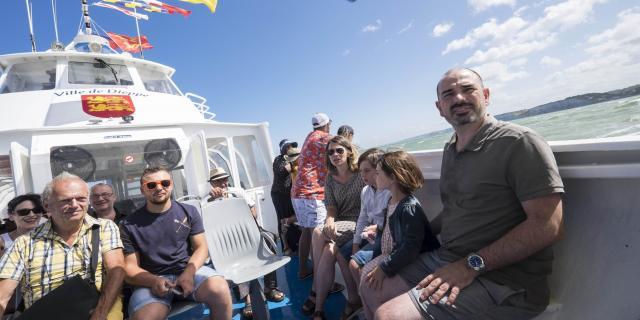 Une dizaine de personnes à bord du bateau Ville de Dieppe, au large des côtes, des petits fanions colorés flottant au vent