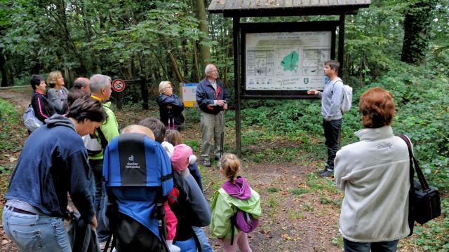 Groupe de personnes en visite dans un espace naturel sensible avec un guide