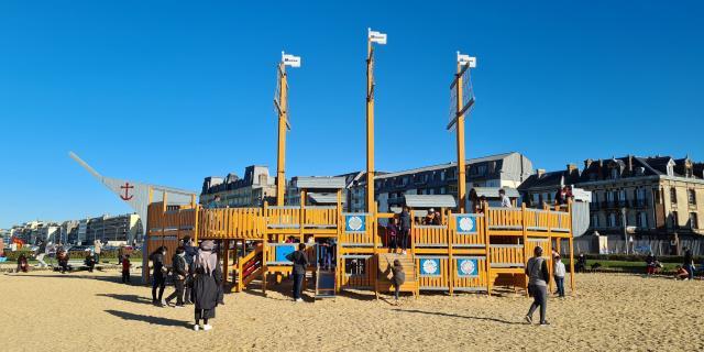 Bateau pirate en vois dans l'aire de jeux pour enfants de la plage de Dieppe