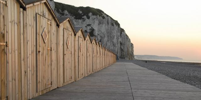 cabines de bain, falaises, galets sur la plage  de Dieppe (76)