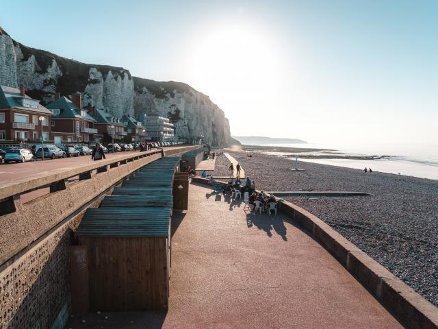 Vue sur la plage de Dieppe et ses cabines en bois