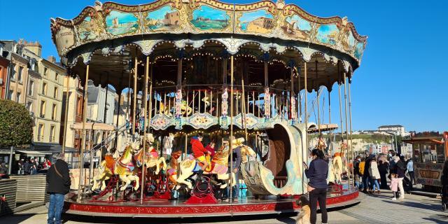 Le carrousel est un manège situé sur le port de plaisance de Dieppe.