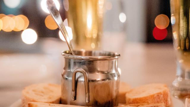 Table avec apéritifs et coupes de Champagne