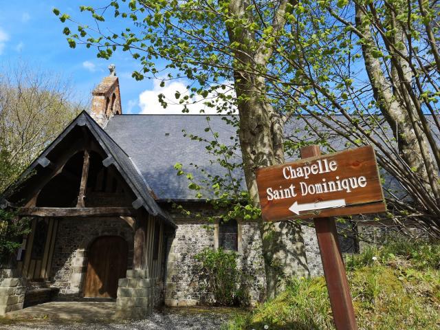 Entrée de la chapelle Saint-Dominique de Varengeville-sur-Mer.