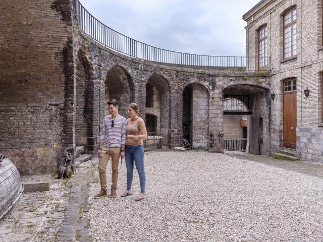 Couple se baladant dans la cour intérieure du Château de Dieppe