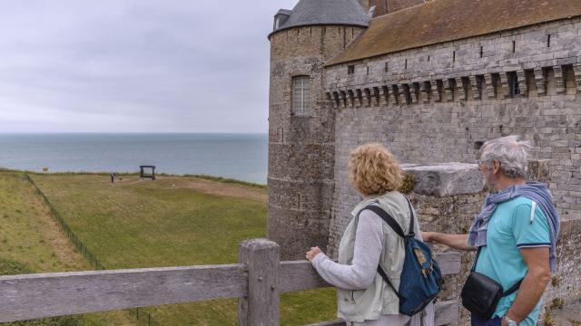 Un couple regarde la mer depuis le pont levis du Château de Dieppe