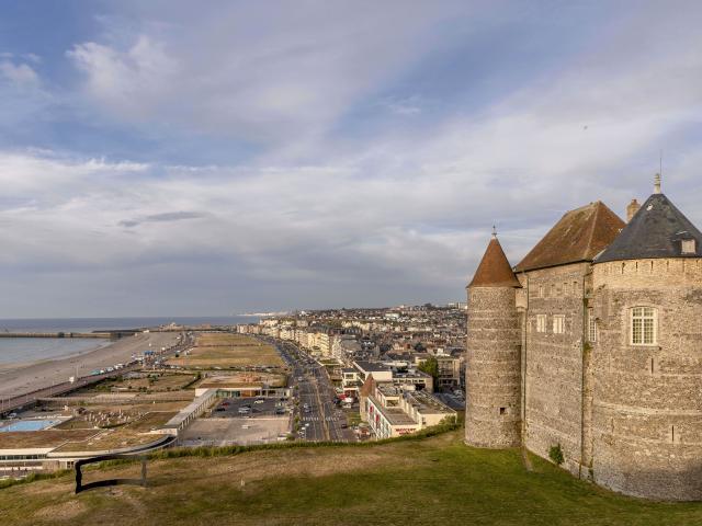 Façade nord du château, vue sur la ville et sur la plage depuis la falaise