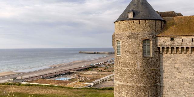 Tour poivrière du Château de Dieppe perché sur la falaise, front de mer en contrebas