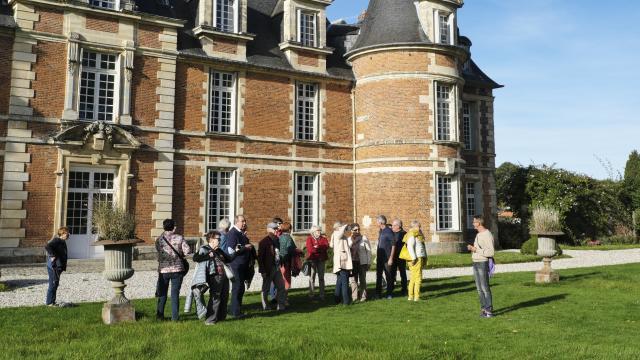 Façade sud style Henri IV château de Miromesnil, groupe de touriste écoutant un guide