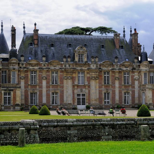 Façade nord style Louis XIII du Château de Miromesnil, personnes sur des transats installées dans la cour