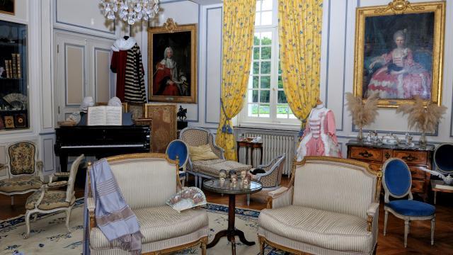 Salon du Château de Miromesnil : costumes anciens exposés, meubles d'époque, tableaux du marquis et de la marquise de Miromesnil