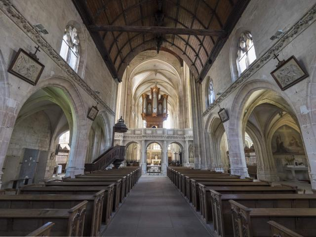 Intérieur de l'église gothique, jubé en pierre blanche surmonté d'un orgue