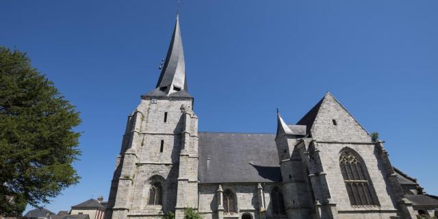 Eglise gothique dont le clocher est tordu sur lui-même