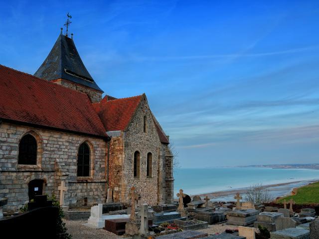 L'église Saint-Valéry et son cimetière marin à Varengeville-sur-Mer.