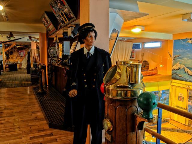 Salle d'exposition de la navigation de l'Estran-Cité de la Mer, mannequin habillté en marin, reconstitution de l'intérieur d'un bateau