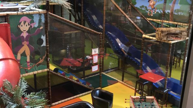 Aire de jeux en intérieur : toboggan, parcours d'escalade, babyfoot