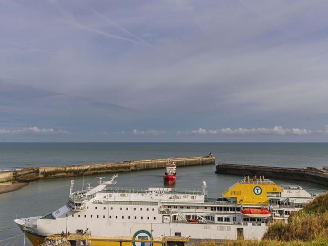 Vue depuis le haut de la falaise sur l'entrée du chenal avec la jetée et le phare de Dieppe, le ferry amarré dans le port transmanche