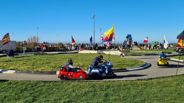 Enfants sur un circuit de petit karting.