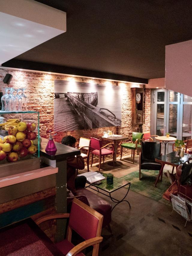 Intérieur du restaurant L'Entrepôt coloré de rose et vert