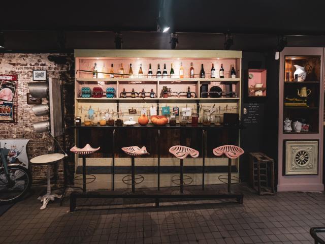 Décoration du restaurant, avec des tabourets style assise de tracteur de couleur rose