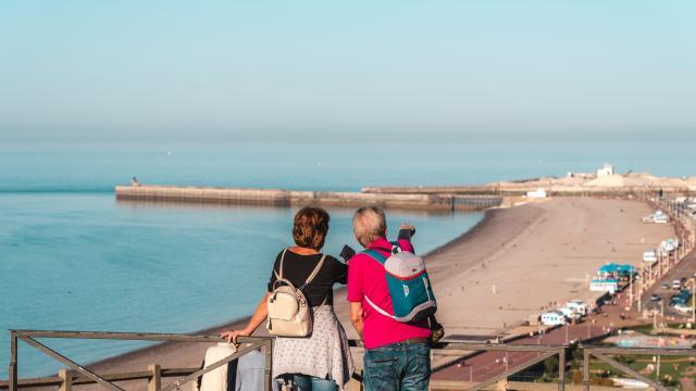 Un couple regardant la plage de Dieppe depuis le panorama du château de Dieppe