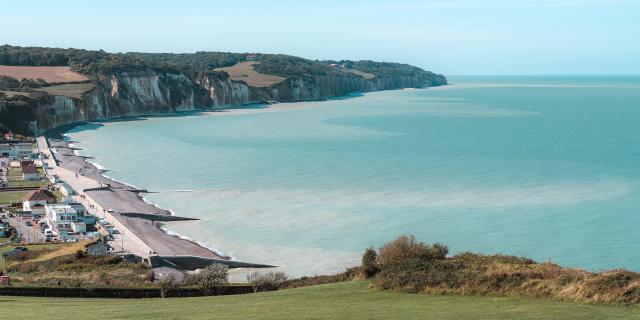 Vue panoramique sur la plage de Pourville-sur-Mer avec ses falaises, sa digue et ses habitations