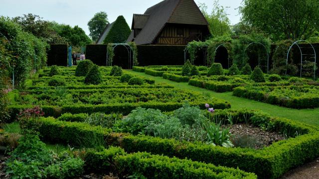 Jardin à la française, charretterie en arrière-plan