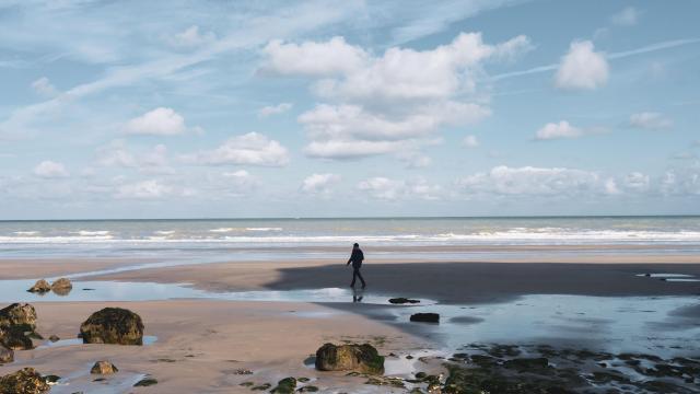 Personne se baladant sur la plage de Varengeville-sur-Mer