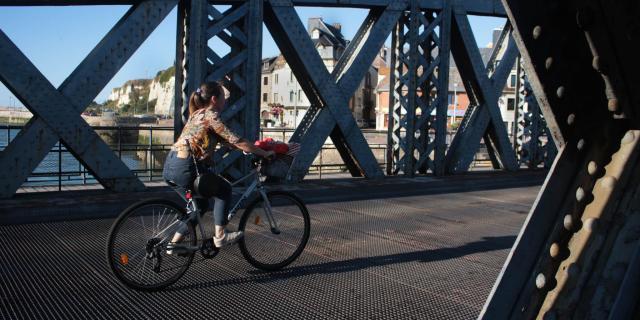 Jeune femme faisant du vélo sur le pont Colbert de Dieppe