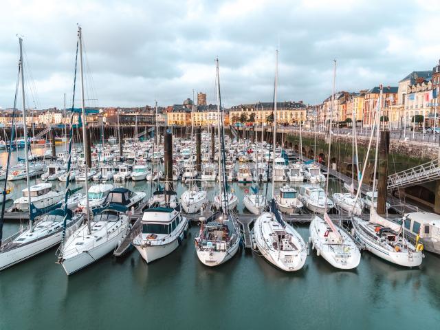 Vue sur le port de Plaisance de Dieppe et ses bâteaux