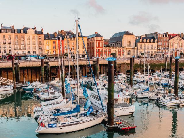 Port de Plaisance de Dieppe avec des bateaux, et le quai Henri IV à l'arrière-plan